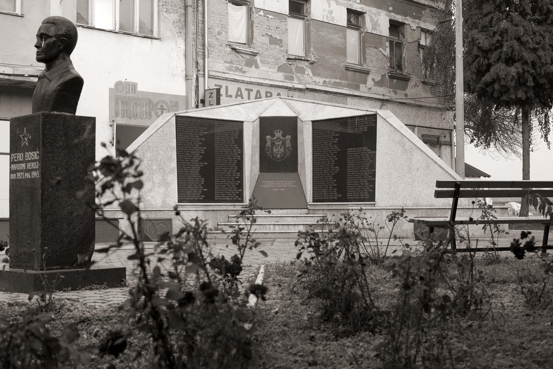 Šamac, Spomenik poginulim borcima i civilnim žrtvama grada Šamca
