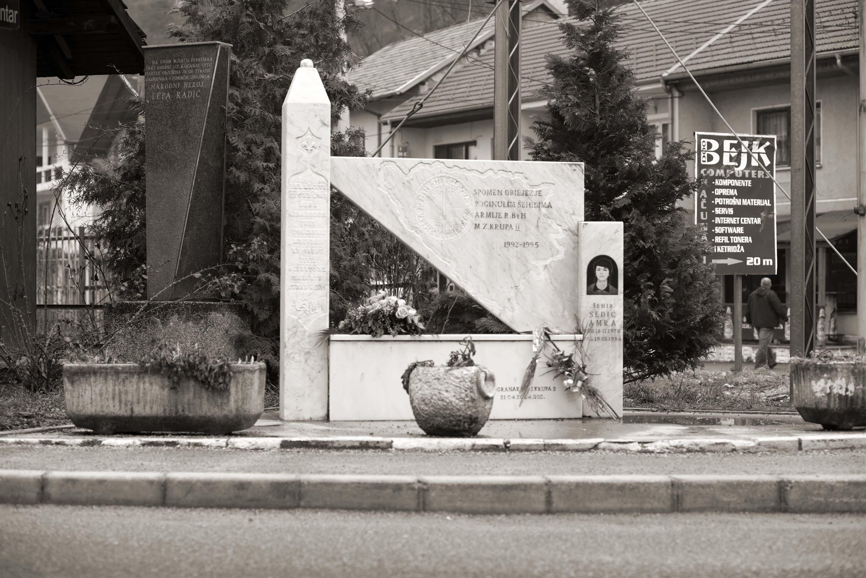 Bosanska Krupa, Spomenik Amri Sedić