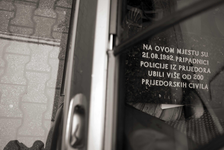 Prijedor, Nepostavljena spomen-ploča žrtvama na Korićanskim stijenama