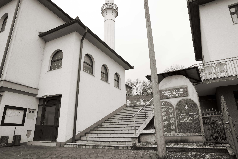 Sanski Most, Pobriježje, Spomen-ploča na ostacima srušene džamije