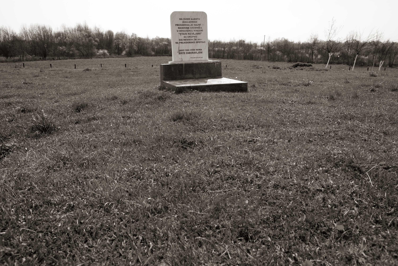Prijedor, Spomen ploča – masovna grobnica Stari Kevljani